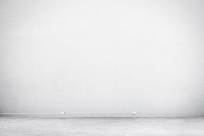 Mit einer Farbrolle mit Teleskopstange können Sie Ihre Wände gleichmäßig weiß streichen.