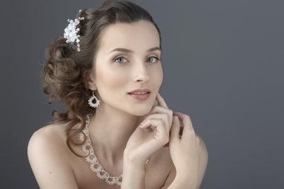 Offenes Haar lässt eine Braut natürlicher und oft jugendlicher wirken.