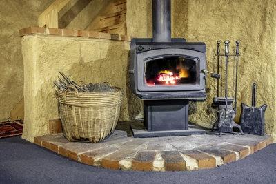Kaminöfen schaffen eine heimelige und nostalgische Atmosphäre im Zimmer.