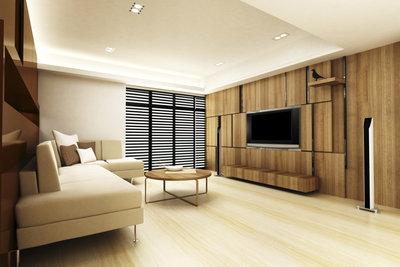 Breite Stuckleisten verbergen die Lichtquellen entlang der Decke.