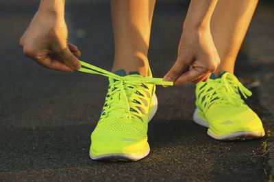 Laufen Sie gerne barfuß, probieren Sie beim Joggen einmal Barfußschuhe.