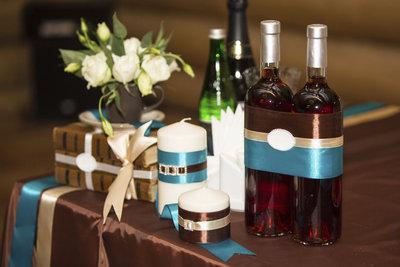 Hochzeitskerzen können individuelle Ornamente oder Motive tragen, die zum Ambiente passen.