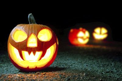 Basteln Sie gespenstisch aussehende Laternen zu Halloween.
