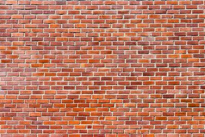 Typisches Backsteinmauerwerk ist rot und besteht aus Steinen gleicher Größe.