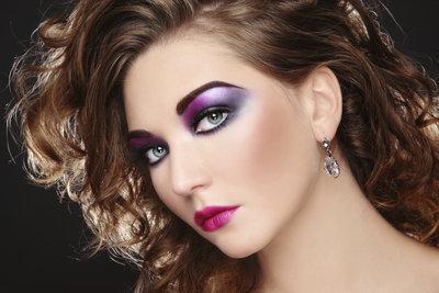 Knallige Make-up-Farben und Löwenmähne sind Markenzeichen der 80er.