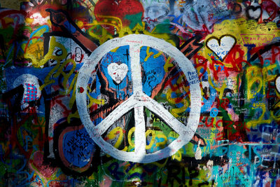Hinter diesem weltweit bekannten Symbol verbirgt sich die Botschaft: Frieden!