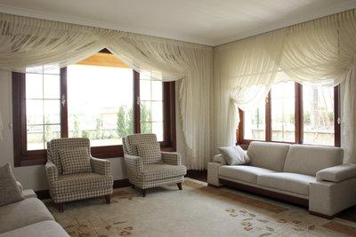 Gerüschte Gardinen passen zu klassischen Möbeln.