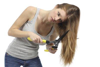 Bei kaputten Haaren müssen Sie nicht immer zu radikalen Mitteln greifen.