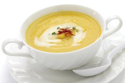 Kürbissuppe ist kohlenhydratarm und sättigt auf gesunde Weise.