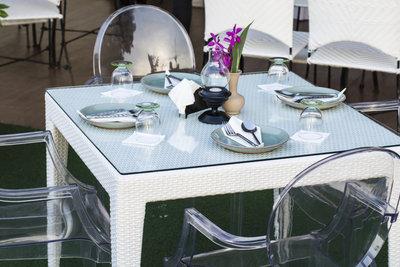 Bauen Sie sich einen gemütlich wirkenden Glastisch mit einem Holzgestell.