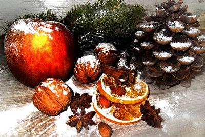 Aus Naturmaterial kann man stimmungsvolle Weihnachtsdekorationen basteln.
