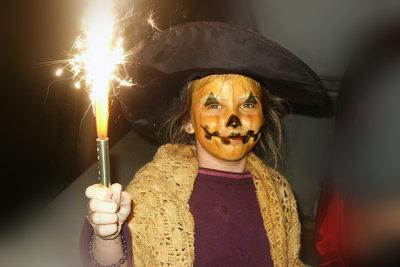 Mit Schminke wird das Halloween-Kostüm perfekt.