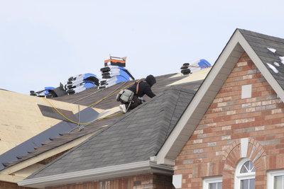 Innerhalb den USA sind Bitumienschindeln eines der häufigsten Materialien für Hausdächer.