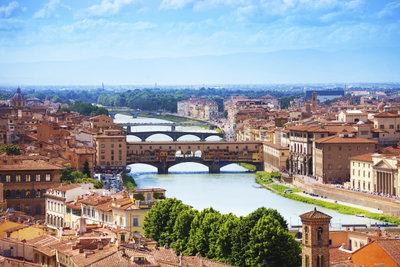 Die berühmte Segementbogenbrücke Ponte Vecchio in Florenz wird vom Arno unterflossen.