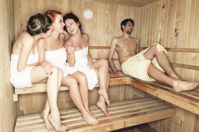 Eine Sauna voll hübscher Frauen kann schnell zur Erektion beim Mann führen.
