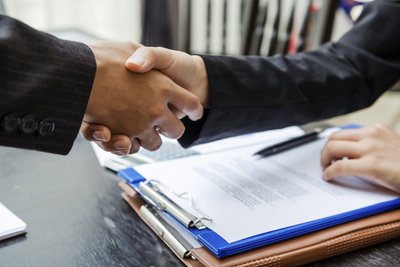 Verträge sind als Rechtsgeschäfte verpflichtend.