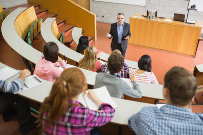 Universitäten sind in der Regel Körperschaften. Studierende haben oft Mitspracherechte.