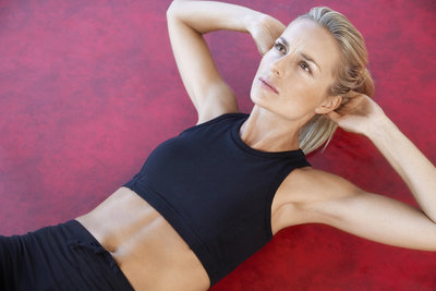 Die Bauchpresse ist eine gute Übung für die Bauchmuskulatur.