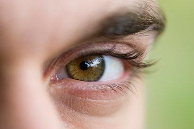 Oft können Sie sich schon mit einigen simplen Tricks eine Linderung bei Augenjucken verschaffen.