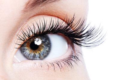 Für einen solchen Augenaufschlag müssen Sie eine Wimpernzange und Mascara benutzen!