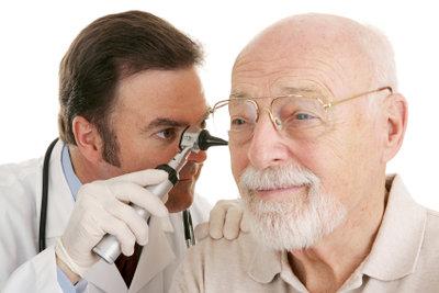 Bei hartnäckigen Pickeln im Ohr, am besten den Arzt nachschauen lassen.