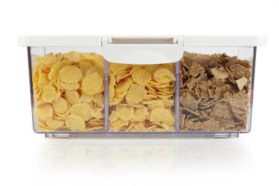 Fest verschlossen gelagert sind Lebensmittel vor Brotkäfern sicher.