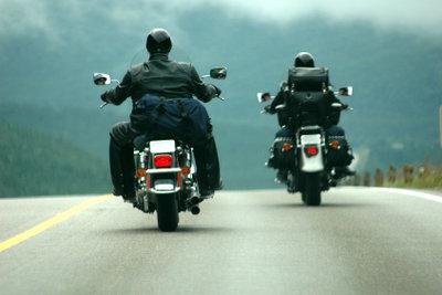 Besonders auf dem Motorrad sollte Ihr Handgepäck immer richtig befestigt sein.