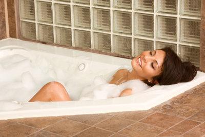 Mit dem richtigen Putzmittel entfernen Sie Schmutzränder in der Badewanne ganz problemlos.