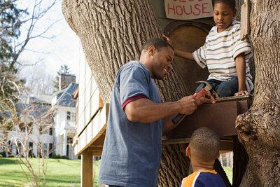 Bauen Sie mit Ihren Kindern ein Spielhaus.