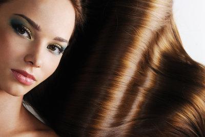 Mit Hilfe spezieller Pflegeprodukte und ein paar Styling-Tricks wirkt dünnes Haar sofort fülliger.