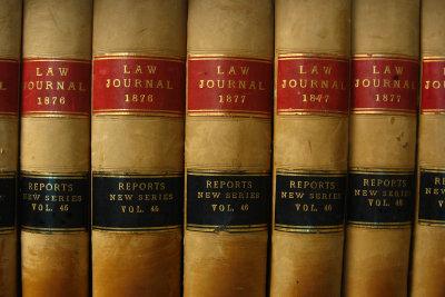 Auch alte Bücher können Modergeruch in der Wohung verbreiten.