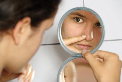 Die richtigen Pflege- und Kosmetikprodukte mildern das Erscheinungsbild großer Poren im Gesicht.