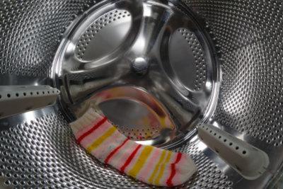 Socken am besten bei 60° in die Waschmaschine.