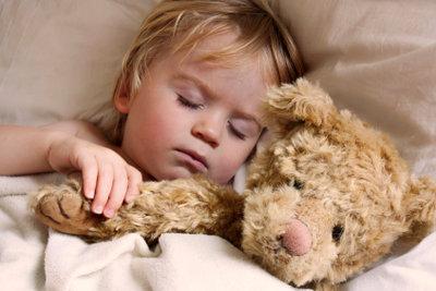 Viele Kinder nässen nachts ein. Windeln können helfen, dass sie trotzdem eine ruhige Nacht haben.