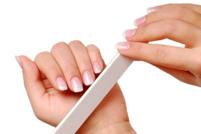 Mit etwas Übung kann man seine Nägel auch selber machen.