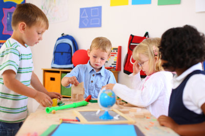Ein Vorschulkind muss physisch, mental und sozial den Anforderungen des Schullebens gewachsen sein.