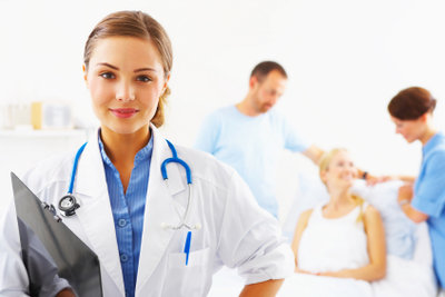 Freundlich und kompetent soll ein Arzt sein. Bewertungen im Internet geben Auskunft.
