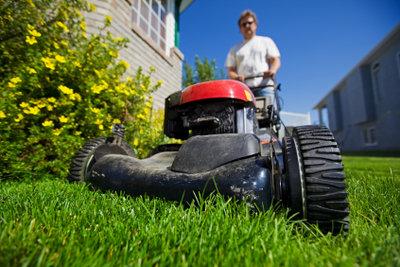 Im Sommer ist Rasenmähen nicht immer ein Vergnügen, aber unerlässlich für gesunden Rasen