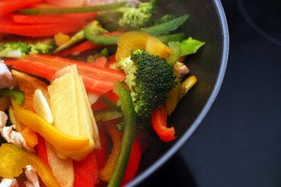 Mit dem Grillwok kann eine Gemüsepfanne auf offenem Feuer gekocht werden.