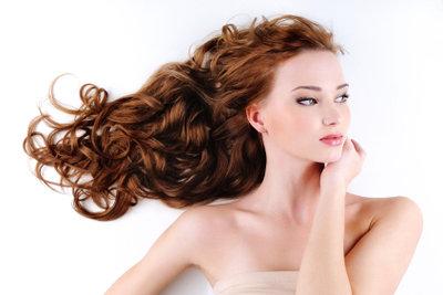 Haare können Sie mit etwas Pflege erhalten. Geschädigtes Haar sollte sorgsam behandelt werden.