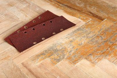 Mit den richtigen Werkzeugen kann jeder seinen Parkettboden renovieren.