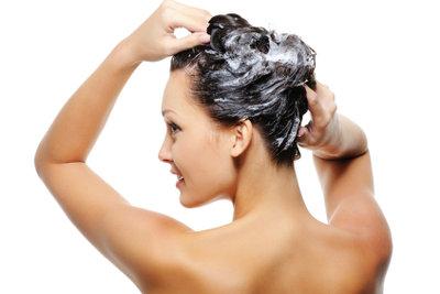 Selbst gemachte Haarkuren wirken intensiv und sparen Geld.