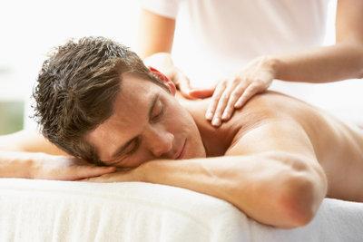 Kaum etwas entspannt so sehr, wie die Massage mit einem duftenden Massageöl.