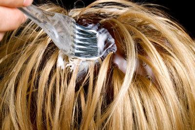 Haarfarbe hinterlässt oft hartnäckige Spuren auf der Haut.