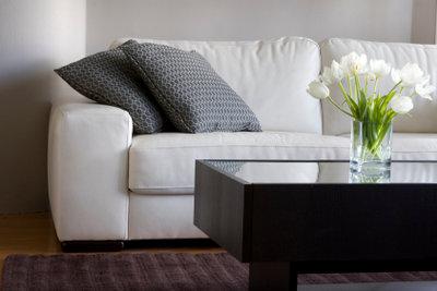 Möbelstücke aus Leder wie weiße Ledersofas dürfen nur mit Spezial-Mitteln gereinigt werden.