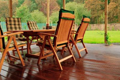 Zum Schutz vor der Witterung bedürfen Gartenmöbel aus Holz einer regelmäßigen Pflege.
