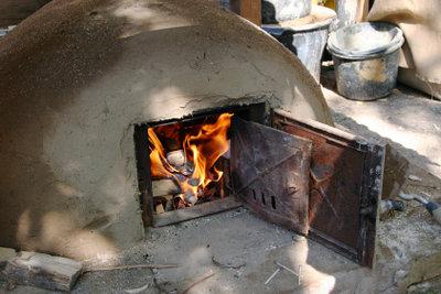 Das beste Brot der Welt kommt aus dem selbstgebauten Lehmbackofen!