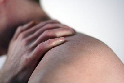 Mit ein paar einfachen Übungen lassen sich verspannte Schultern wieder lockern.