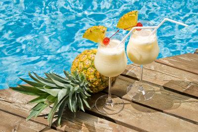 Holen Sie sich ein tropisches Flair ins Haus und mixen Sie selber einen cremig-süßen Pina Colada.