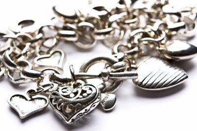 Strahlend schönes Silber gelingt auch mit Hausmitteln.